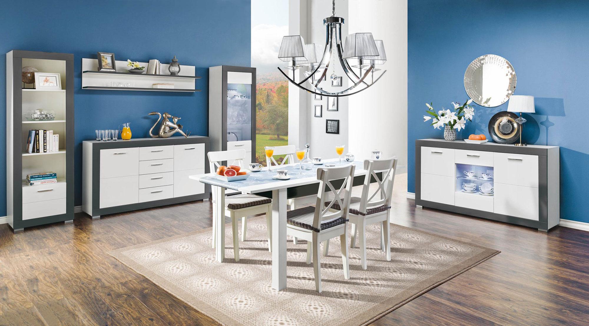 Stół drewniany w nowoczesnym wnętrzu