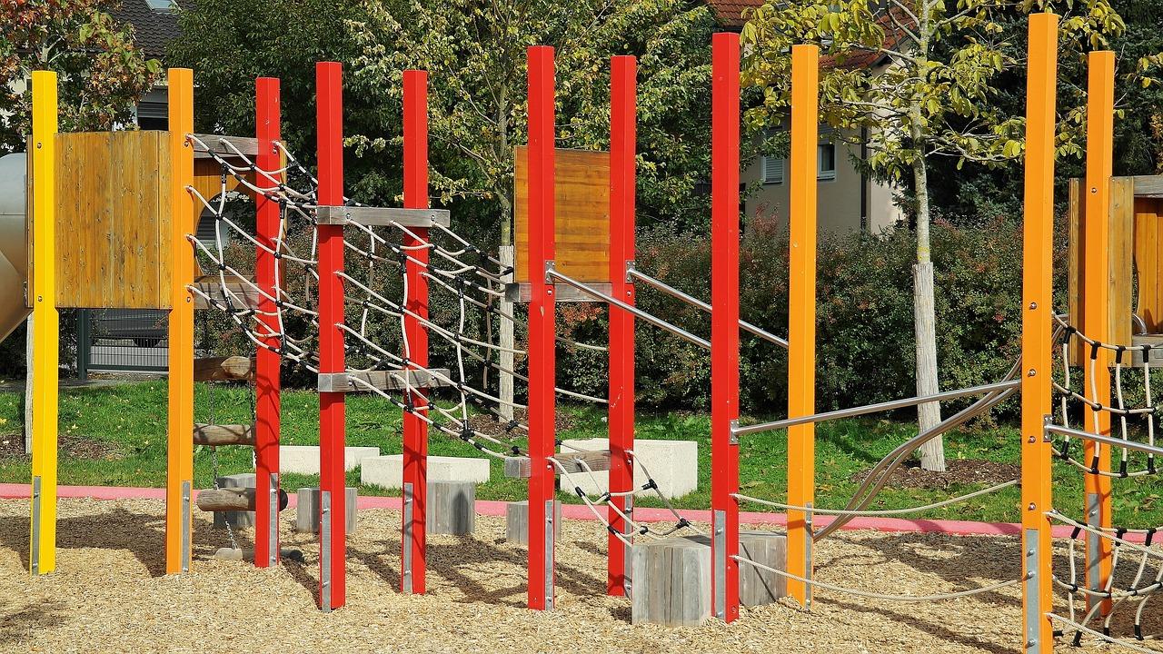 Plac zabaw dla dzieci we własnym ogrodzie