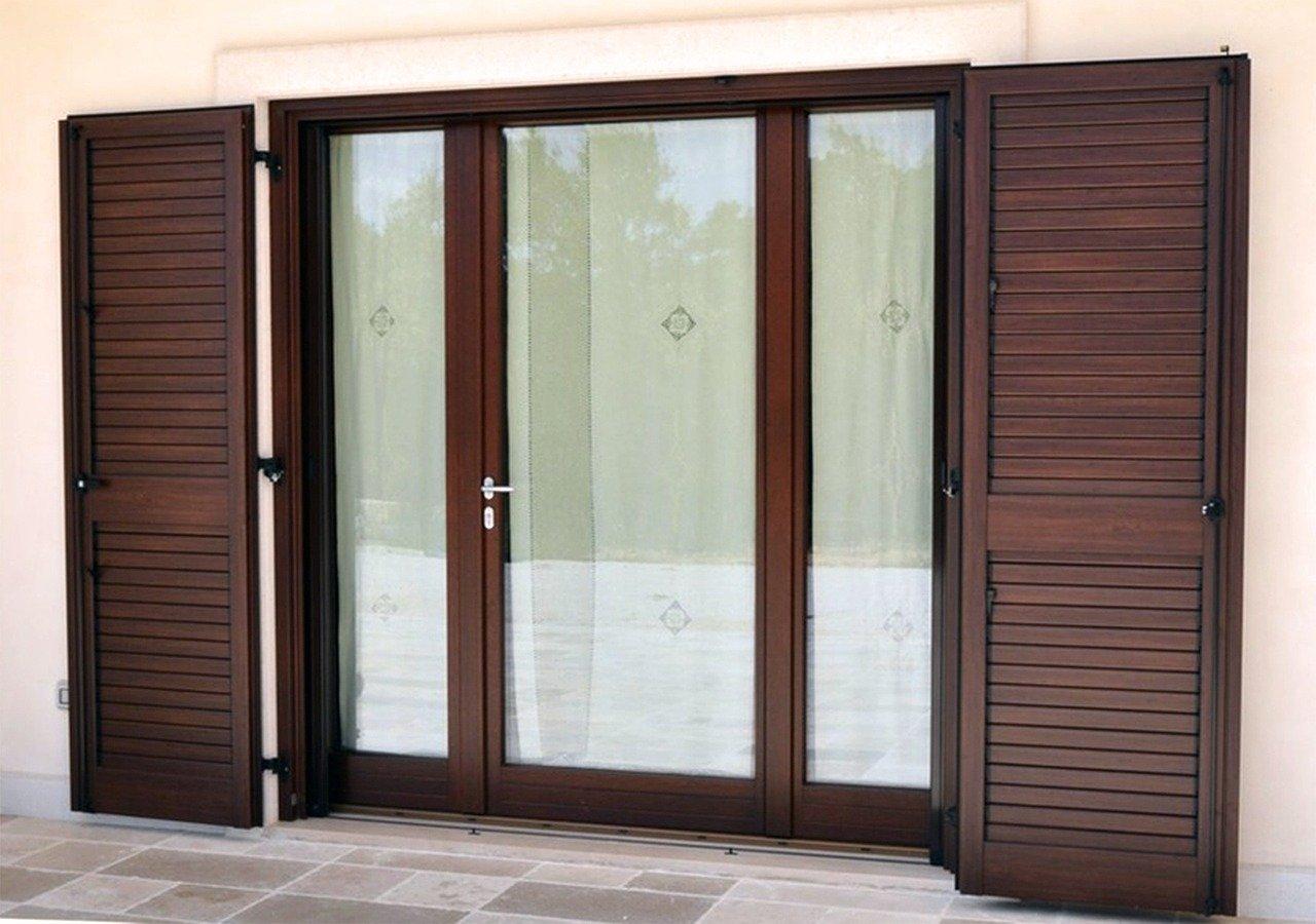 Okucia okienne i klamki – 2 elementy usprawniające działanie okien