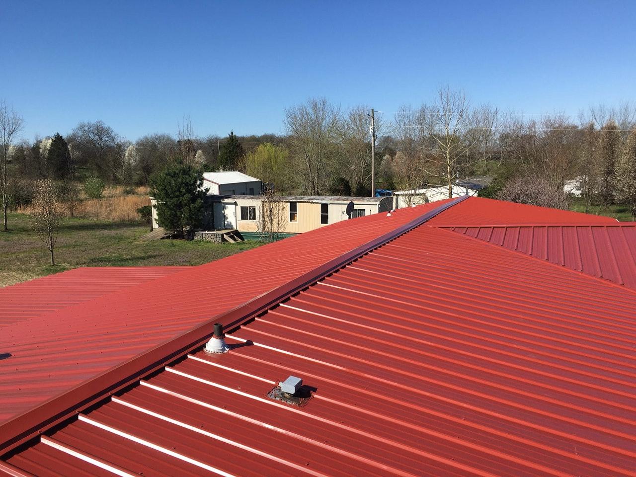 Malowanie dachu blaszanego. Z firmą czy na własną rękę?