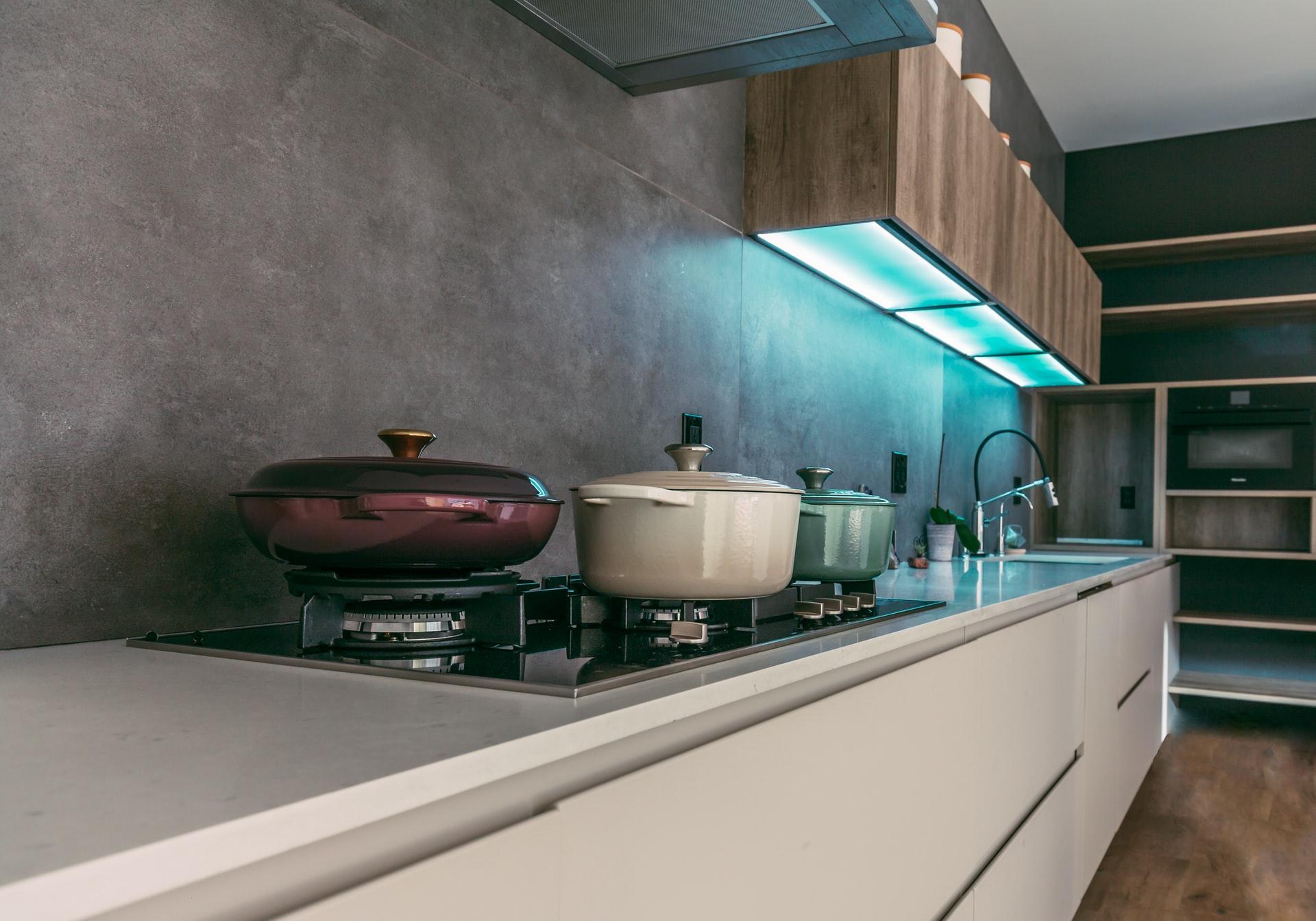 Beton na kuchennej ścianie - zalety i wady