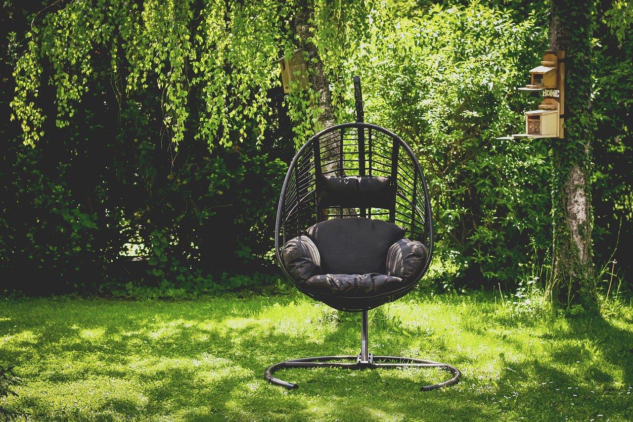 Letni relaks w wygodnym fotelu ogrodowym