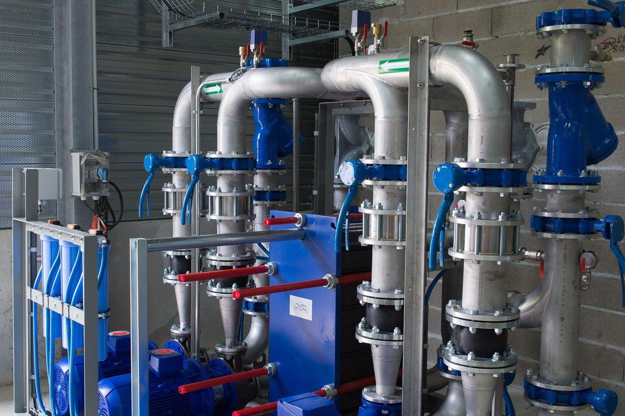 Jakie typy rur stosuje się w budowie instalacji kanalizacyjnych?