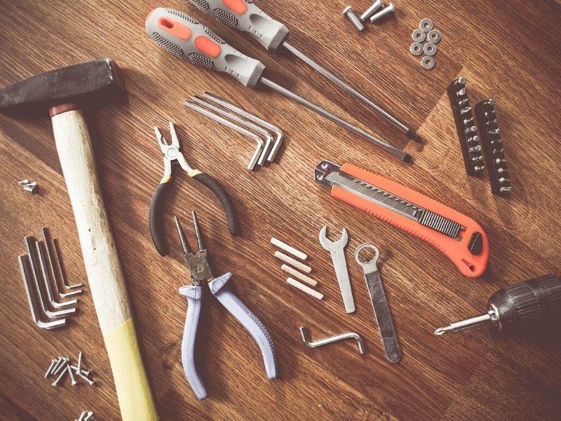 Jakie są podstawowe maszyny i narzędzia warsztatowe?