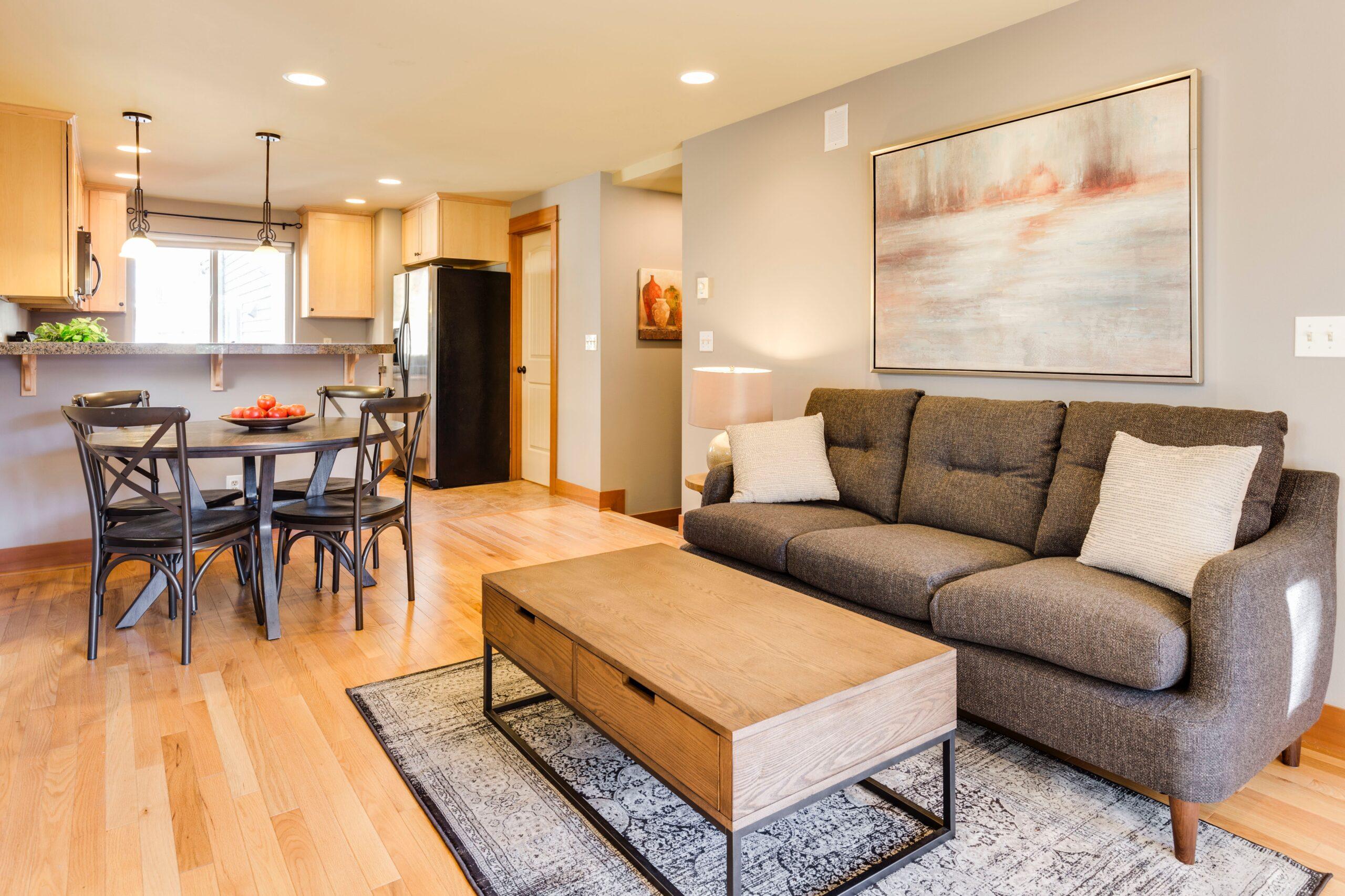 Kanapy na nóżkach czy bez? Jaką kanapę wybrać do małego wnętrza?